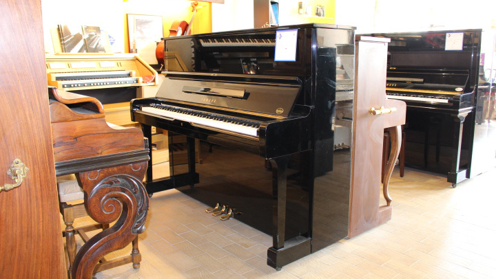 pianos magasin de musique pianos partitions. Black Bedroom Furniture Sets. Home Design Ideas